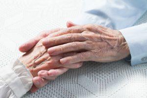 ręce starszych ludzi