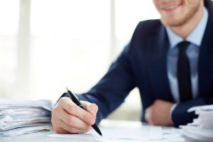 mężczyzna przy stole świadczy doradztwo podatkowe